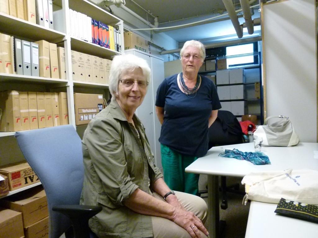 Nelleke Bons en Els Hirschfeld uit de examenjaren 1960 respectievelijk 1956 werken één dag per twee weken in het archief.